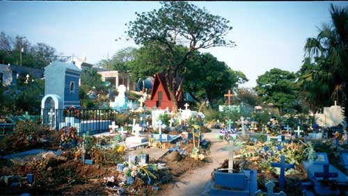 El Salvador: A graveyard full of live